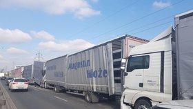 Hromadná nehoda ve Kbelské: Několik kamionů se srazilo u nájezdu na D8, blokují dopravu