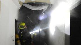 Hořel hotel na pražském Žižkově. Požár vznikl na záchodě, nikdo se nezranil