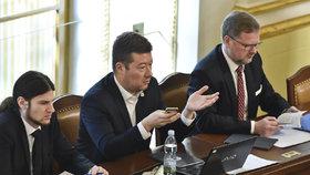 """Okamura bude dál ve vedení Sněmovny. Ani Kalouskův """"kousek"""" nezabral"""