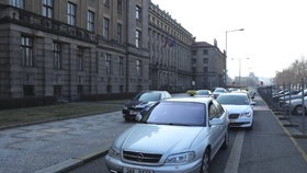 Taxikáři troubili u Úřadu vlády i ministerstva dopravy. Od protestů si dají pauzu, budou jednat