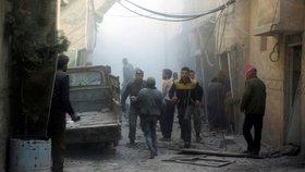 Před armádou ve východní Ghútě prchají civilisté. Pomoc se do města nedostane