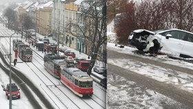 Sněhová nadílka komplikuje dopravu v Praze: Došlo už k 70 nehodám, spoje mají zpoždění