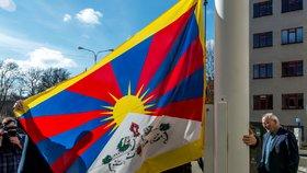 Stovky českých radnic a 97 škol vyvěsilo vlajku Tibetu. Dráždí Čínu