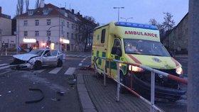 Vážná nehoda na Kobyliském náměstí: Srazila se sanitka s osobním autem, nefungují semafory