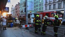 Hasiči evakuovali supermarket v Praze 2 kvůli úniku plynu: Vinohradskou nejezdily tramvaje