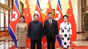 Diktátor Kim vyjel na vůbec první zahraniční cestu. Do Číny vzal i první dámu