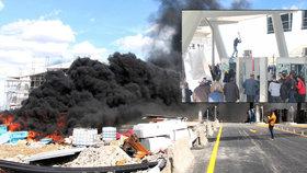 Mýtná brána v plamenech. Taxa za dálnici k Jadranu rozzuřila dav, házel i kamení