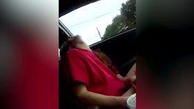 Mami, žiješ? Šokující video natočila dcerka zfetované ženy kolabující za volantem