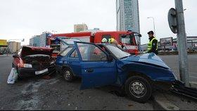 Nehoda na Pankráci: Řidič najel čelně do sloupu, hasiči ho museli z vozu vystříhat
