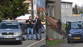 Policisté, které postřelil v Domažlicích schizofrenik, jsou už doma: Kolegové je vyslýchají