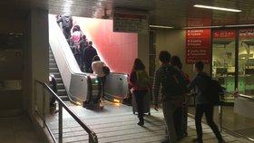 Turisté, zírejte! Metro na letiště má konečně eskalátory! Z ostudy Prahy po třech letech zmizeli portýři