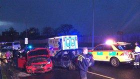 Vážná nehoda v Hostivaři: V autě zůstala zaklíněná osoba