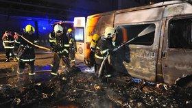 Smrt při požáru karavanu na Žižkově! Hasiči z plamenů vynesli těla dvou psů