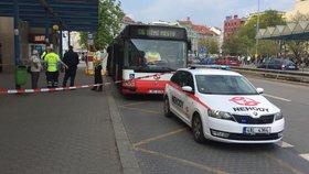 Autobus MHD srazil na Vysočanské chodce! Ten na místě zemřel, další dva lidi odvezli záchranáři