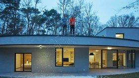 Moderní vila ukrytá v lese překvapí stylovým interiérem plným dřeva