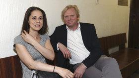 Laďka Něrgešová u rozvodového soudu rozdávala úsměvy. Za 15 minut bylo po všem