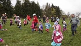 Přijďte si zaběhat a podpořit nedonošené děti. V sobotu proběhne Kros Štiřín o poháry světových atletů