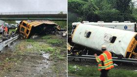 Školní autobus se srazil s náklaďákem: Děti při nehodě vyletěly ven, nejméně dva mrtví