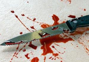 Žena se pokusila zabít svého známého. Bodla ho nožem do krku