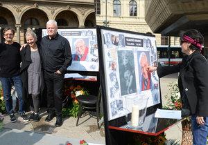 """""""Pohřeb"""" na náměstí Vladimíra Brabce (†83): Přišla Postlerová, Laurinová i rodina!"""