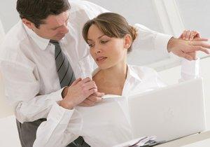 Dělá vám váš nadřízený nepříjemné návrhy? Nebo se vás dokonce dotýká? Nenechte si to líbit! Obraťte se například  na inspektorát práce.