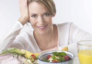 Podle odborníků na správnou výživu bychom měli jíst pětkrát denně. To znamená, že kromě snídaně, oběda a večeře je prostor i pro dvě svačinky.