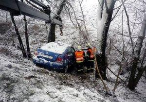 Řidička nezvládla řízení a sjela ze srázu. (archivní foto)