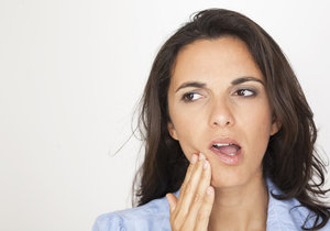 Bolest zubů je vyčerpávající. Vyzkoušejte nějaký z babských receptů.