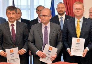 Šéfové koaličních stran Andrej Babiš (ANO), Bohuslav Sobotka (ČSSD) a Pavel Bělobrádek (KDU-ČSL) s podepsanými koaličními smlouvami. Tento obrázek se zřejmě nebude opakovat...