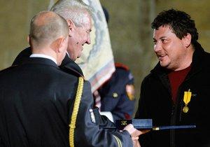Režisér Sedláček převzal Medaili za zásluhy ve flísové mikině.
