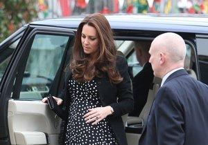 Kate v těhotenských puntíkatých šatech vypadala báječně.