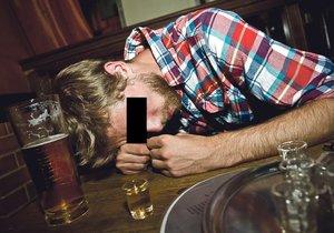 Alkohol v opilci probudil zarputilost boxera: Bezdůvodně zaútočil na čtyři mladíky, dostal za vyučenou