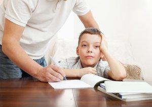 Domácí úkoly dětem berou čas, který mají strávit s rodinou, myslí si rodiče.(Ilustrační foto)