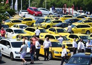 Taxikáři demonstrovali už v úterý. Nyní chystají masivnější akci.