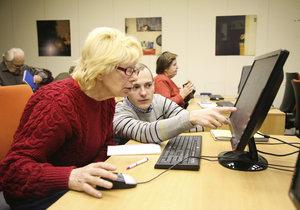 95letou paní jsme naučili na počítači! Obecně prospěšná společnost Elpida pomáhá seniorům