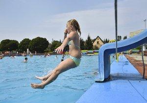 Mírné ochlazení lze čekat koncem července, přičemž průměrné denní teploty mezi 23 až 25 stupni Celsia by se měly udržet až do poloviny druhého prázdninového měsíce.