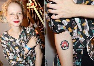 Anička Linhartová má po těle devět tetování