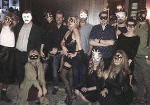 Narozeninová party v maskách. Poznáte, kdo ze slavných na ní je?
