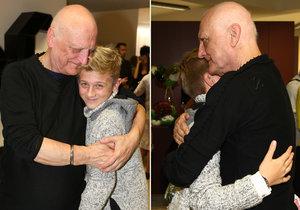 Bořek Šípek dojemně objímal svého mladšího syna Artura.