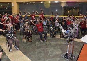 Robotrenéři cvičí seniory v Singapuru.