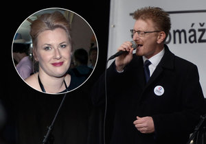 Syn Karla Černocha a politik Marek Černoch zpíval 17. listopadu hymnu a jeho nevlastní sestra Tereza se za něj proto stydí.