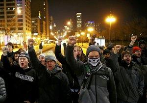 Chicago v noci zachvátily protesty.