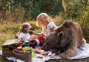 Romantický piknik s medvědem, modelka vzala i malou dcerku.