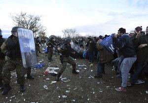 Uprchlíkům se na chvilku podařilo překonat policejní kordon. Těžkooděnci je ale pochytali.