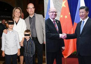 Premiér Sobotka vzal podle Práva do Číny i svou rodinu. Vpravo s čínským prezidentem