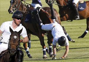 Harry spadl při zápasu v pólu z koně.