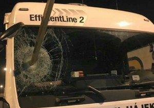 Uprchlíci prohodili předním sklem kamionu dřevěný kůl.