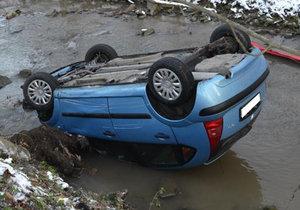 Muž na Vsetínsku zůstal s autem v potoce a ještě na střeše.