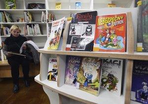 Nová knihovna má růžovou pohovku, křesla i zvířecí regál.