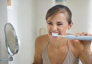 Čistíte si zuby elektrickým kartáčkem? Buďte opatrní, možná si ubližujete